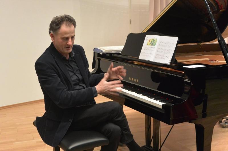 Komentirani recital Slovenske klavirske miniature
